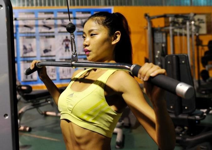 這真的是所謂的力與美...中國健身美女讓人看得目瞪口呆......