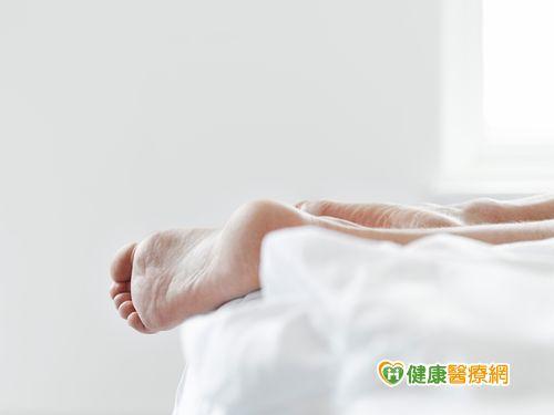 為什麼睡覺時腳會抖一下?醫師來解惑...