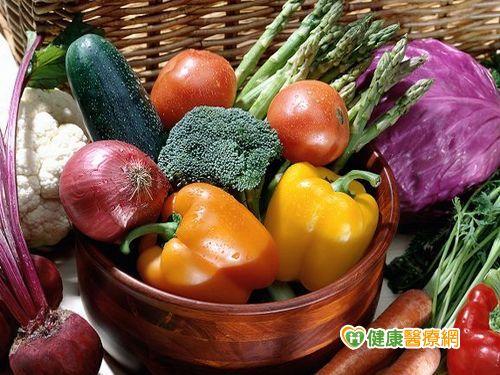 吃當季蔬果+流水沖洗降低農藥殘留風險...
