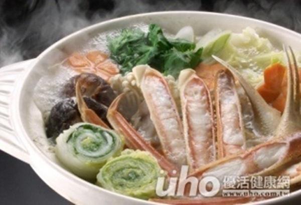 天氣冷吃鍋有助於暖身,但小心火鍋的_______,可能誘發痛...