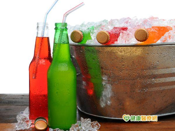 尿路結石年齡層降低恐是碳酸飲料喝多...
