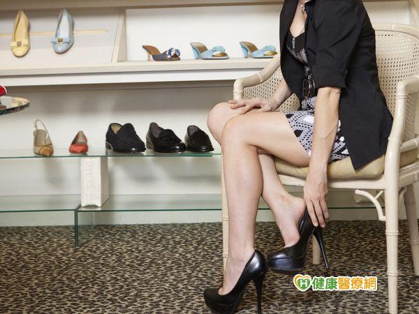 長期穿高跟鞋日後恐難正常行走...