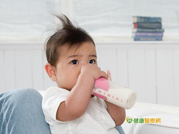 寶寶喜歡抱著奶瓶睡?小心乳牙蛀光光...