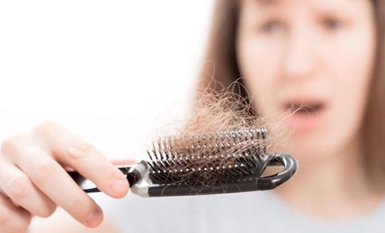 90%的女人都不知道掉頭髮的根本原因竟然是這個……...