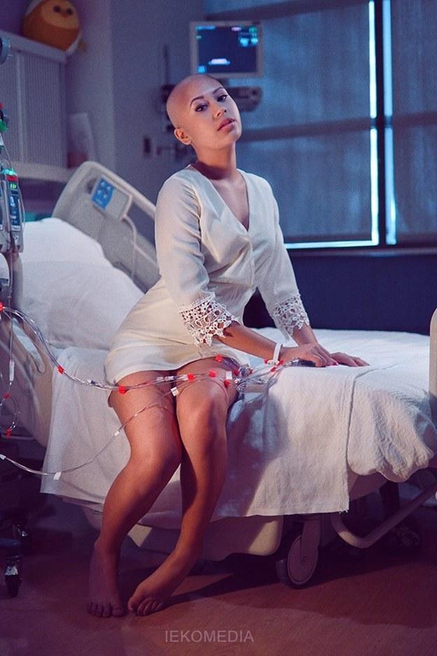 這女孩年僅19歲,美麗令人動容,病床也成拍照道具…...