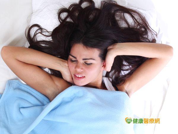兩成民眾睡不著看電視比滑手機更易失眠...
