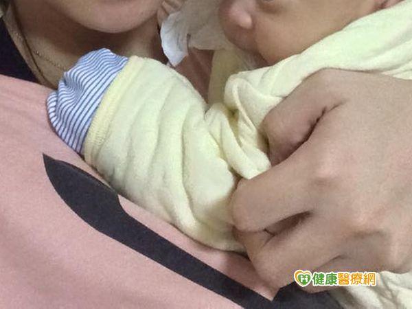 新生兒戴手套防亂抓小指頭竟壞死截肢...