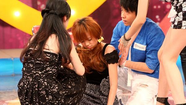 日本少女偶像在箱目中吸了氦氣後…竟變成了這樣!!她才12歲啊...