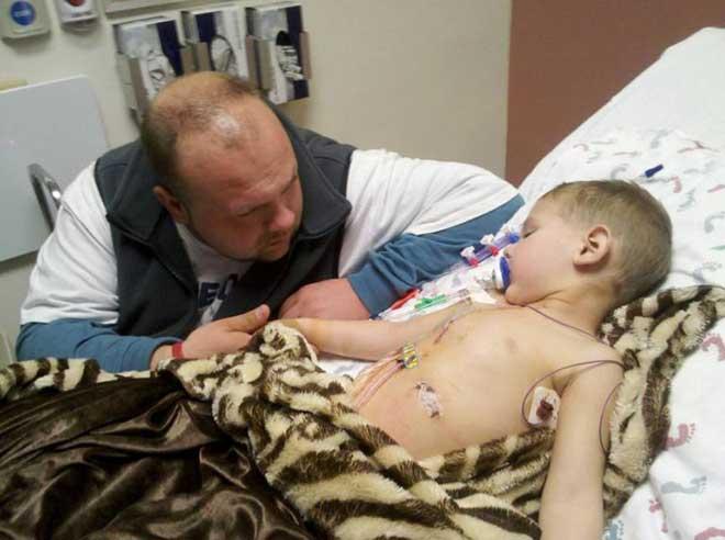這個病讓7歲小男孩做了12次手術!男孩看到身上的傷疤後自卑忍...