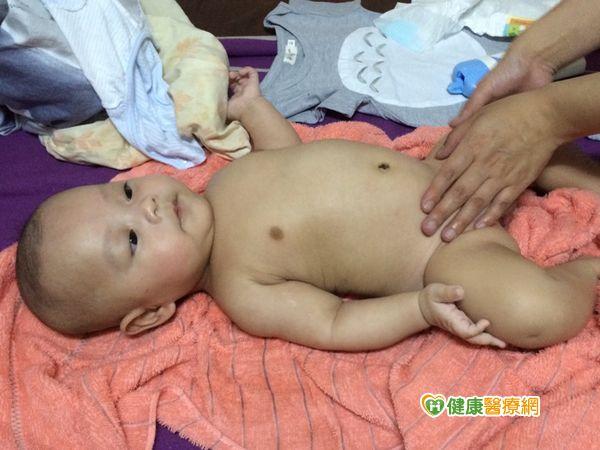 解決嬰兒腹脹問題媽媽可幫忙腹部按摩...