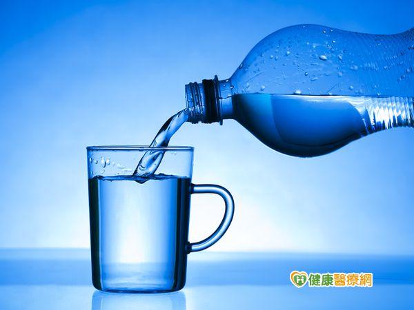 預防中暑關鍵養成補充水份習慣...