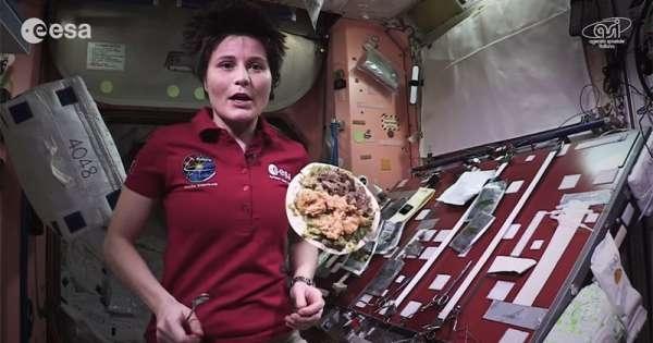 女太空人拍下自己在外太空準備食物的過程…想不到在外太空做晚餐...