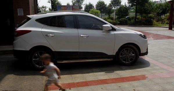 湖南4歲男童正午被鎖車中身亡…車窗全是手印!!...