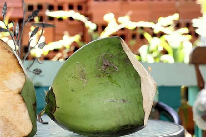猛喝椰子水助燒傷復原?營養師駁斥此說法...