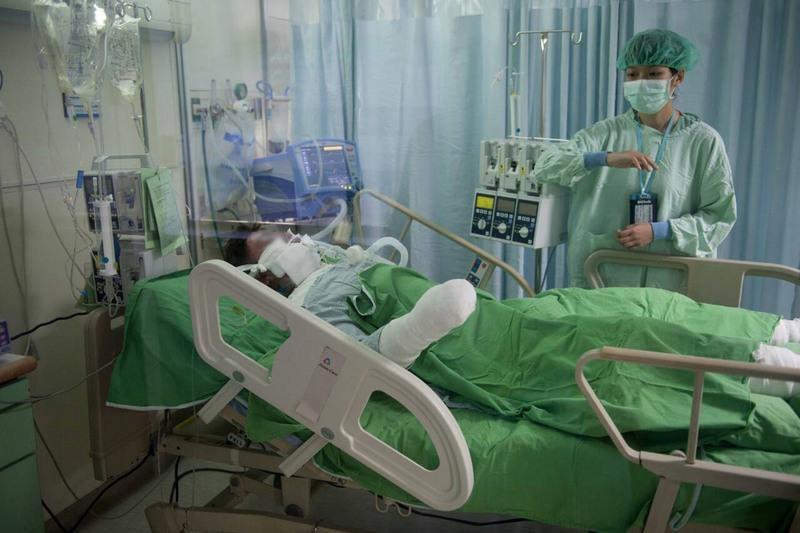 塵爆傷患無法排便,偉大醫護用手這樣幫助他們!整個病房都彌漫著...
