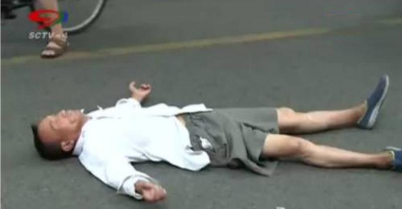 老人車禍後倒在地上不停抽搐!救護人員趕到卻說出驚人的真相.....