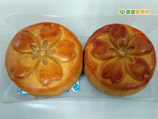 一顆廣式蓮蓉月餅熱量相當2碗飯...