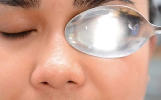 把一個冷凍過的湯匙放在眼皮上,神奇的事就發生了!...
