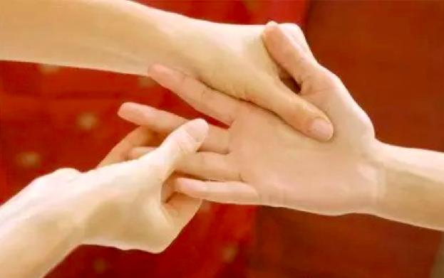 「身體虛弱、心臟不好的人」手掌有一個地方用力一按!就是隨身攜...