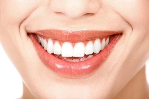 8個毀掉你牙齒的糟糕習慣!英國牙醫竟指出:游泳張著嘴會導致牙...