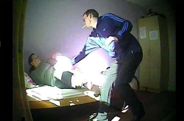 阿茲海默症媽媽住在療養院八年,因為行為怪異而裝攝影機,竟然錄...
