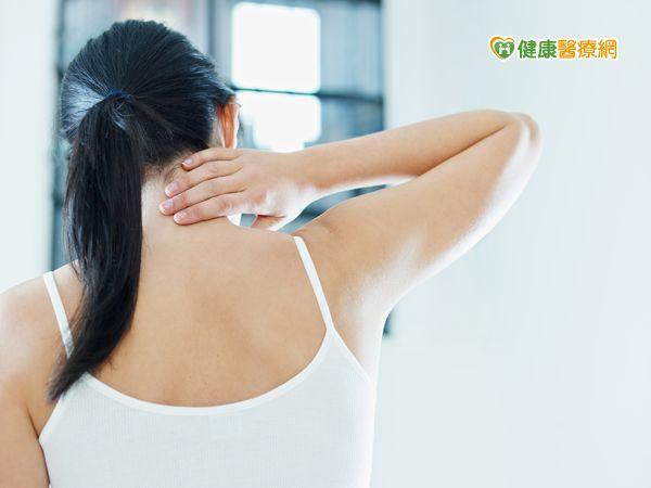 她肩頸受傷亂推拿一吹風就痛...