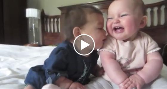 一對好姐妹讓她們的寶寶「第一次見面」,結果寶寶的反應竟是.....