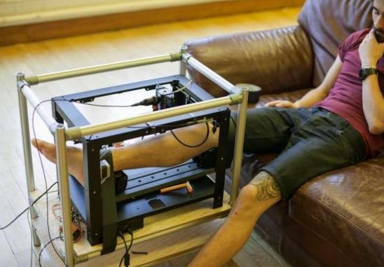 他把腳伸入這台機器後就放空等待,不久後腳上出現的東西讓大家都...