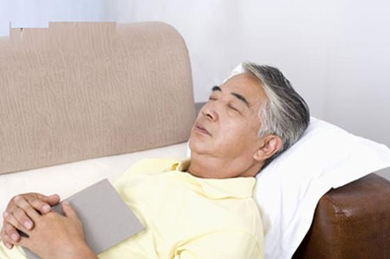 家裡如果有年長的父母請注意,一定要幫他們在床頭放這三樣東西,...