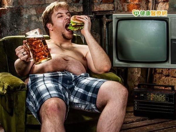 夏天啤酒下肚男子痛風三天不良於行...