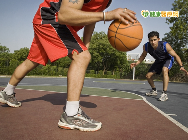 打籃球「吃蘿蔔乾」手指頭竟骨折...