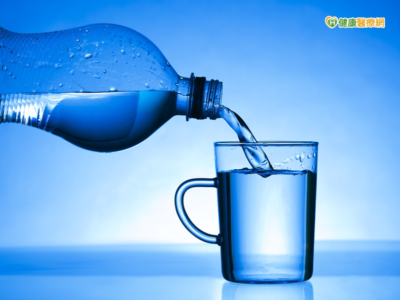 預防腎結石天氣熱要隨時補水...