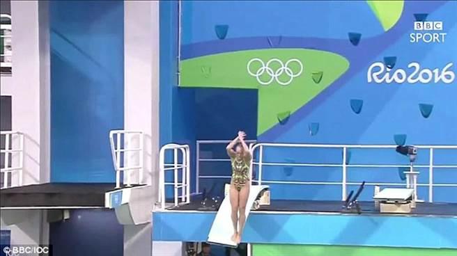 今年奧運一位女跳水選手,在跳板上時就踩歪了,最後入水竟然發生...