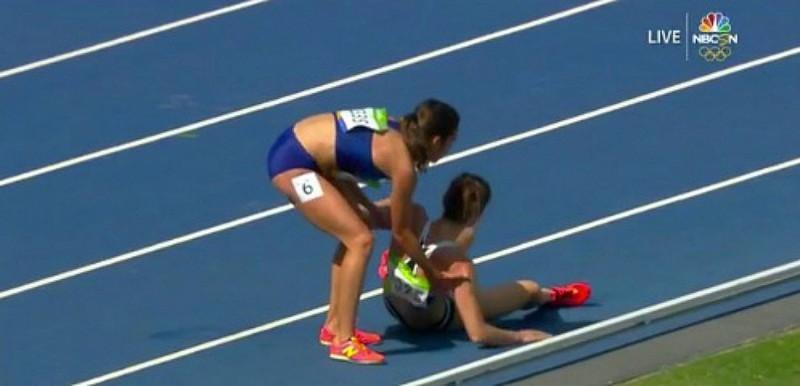 奧運場上感人的一刻!起來,起來,這是奧運,我們要完成這比賽!...