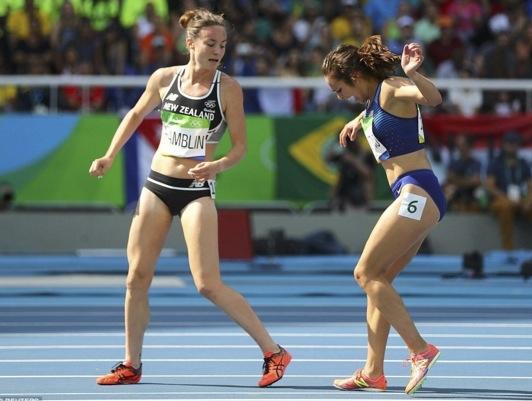 女子5000公尺預賽中,兩名選手不小心相互絆倒後,絆倒人的選...