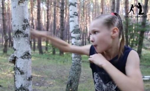 這位8歲的戰鬥民族小女孩從4歲開始被訓練,現在竟然能將樹幹打...