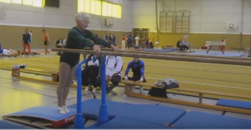 高齡90歲的奶奶在慫恿下穿下韻律衣「走到了體操雙槓」前!下一...