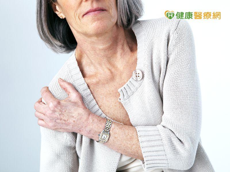 肩膀劇痛誤判五十肩拖半年注射療法幫她解痛...