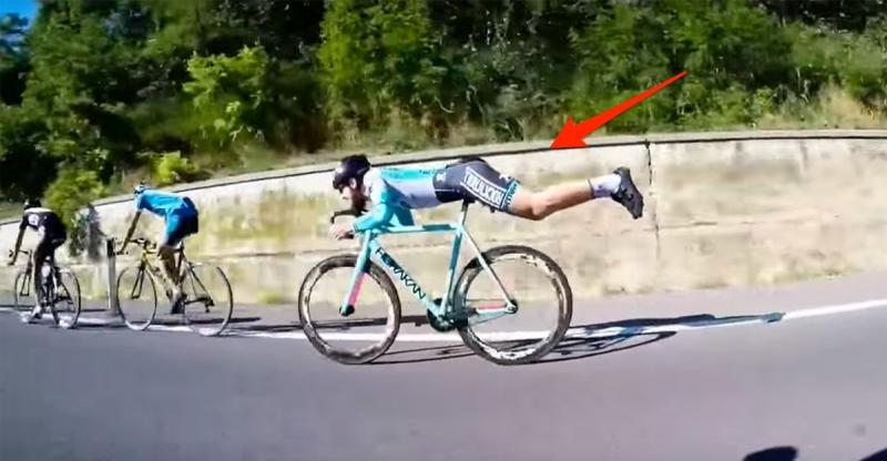 他在公路賽中被甩到最後一名後突然切換成「超人姿勢」,接下來的...