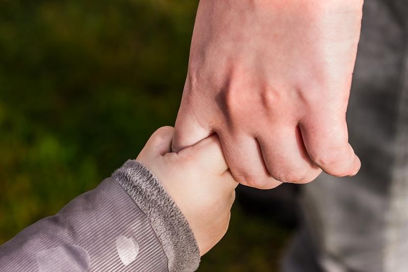 小孩為什麼一整年都在咳?給爸媽放心使用的3種小妙招,按摩孩子...