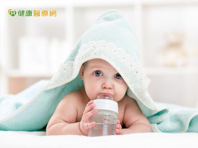 小baby可以喝水嗎?營養師:吃副食品時再開始...