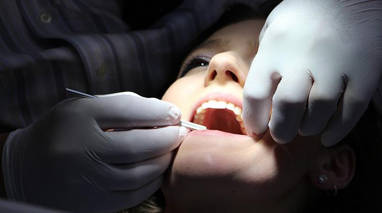 牙醫師警告切勿自行矯正牙齒...