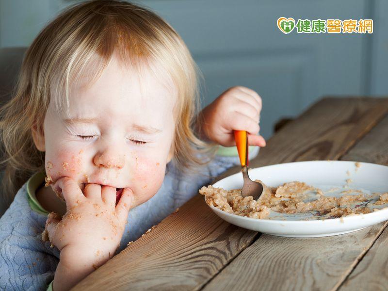 讓孩子專心吃飯從拿湯匙吃副食品開始...