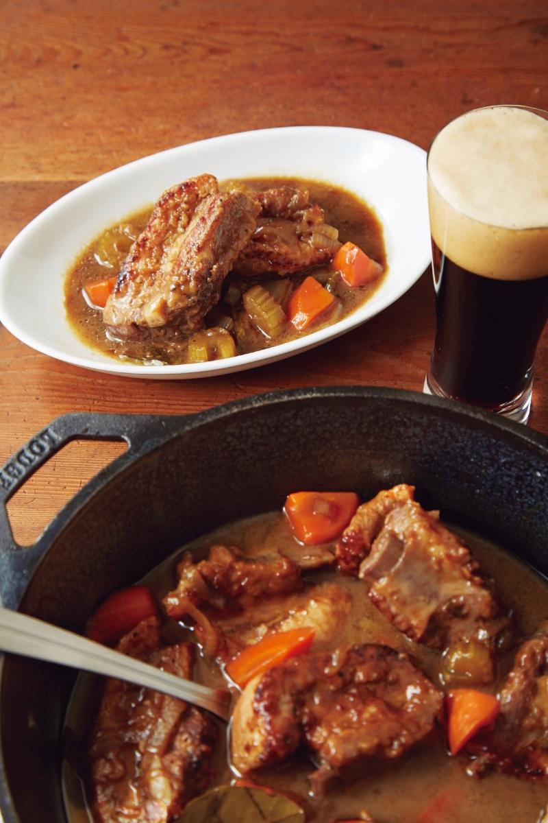 入口軟嫩、份量十足的《啤酒燉排骨》不論做為正餐或下酒菜都很適...