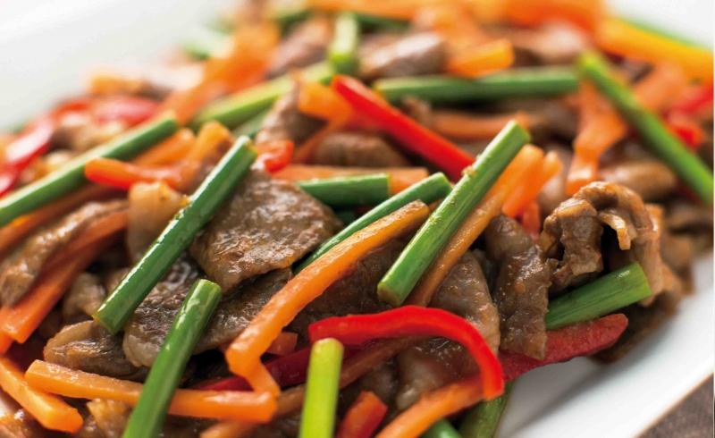 用洋蔥冰塊與番茄冰塊料理炒牛肉,好吃又健康!...