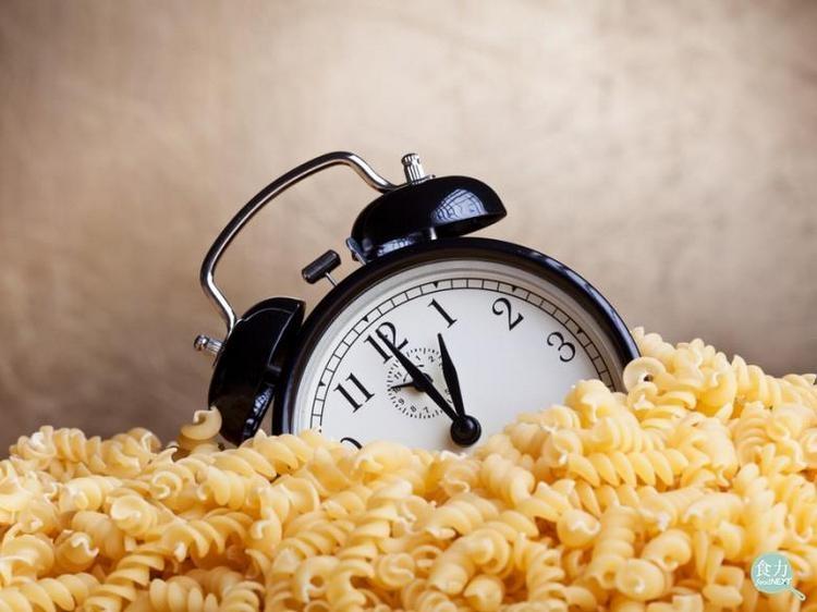 小心!三餐不定時吃得再健康也會胖!...