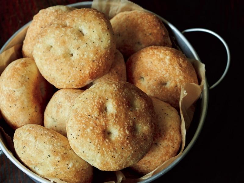 經典餐前麵包《佛卡夏麵包》帶您一嚐黑胡椒的辛辣及蜂蜜帶出的酥...