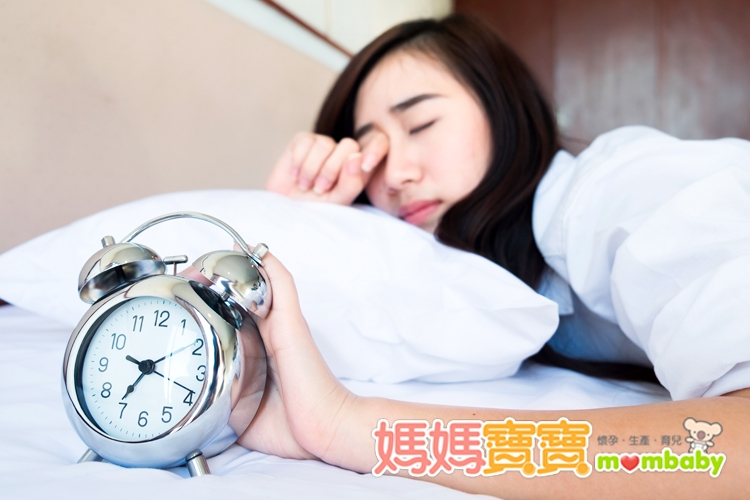「面向左側睡」可以減輕孕期睡眠困擾!3種方法,讓媽咪們一覺到...