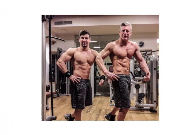 51歲的爸爸跟兒子健身,如今這身材,怪不得爺倆經常被錯認為兄...